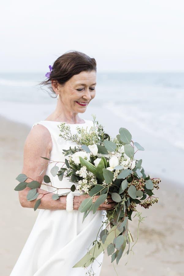 Красивая невеста морем стоковое фото