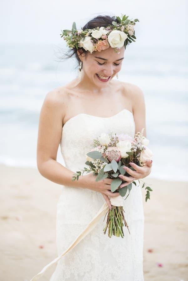 Красивая невеста морем стоковая фотография