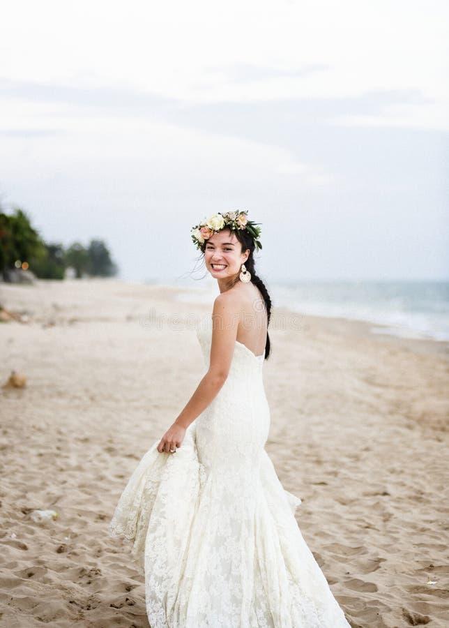 Красивая невеста морем стоковая фотография rf