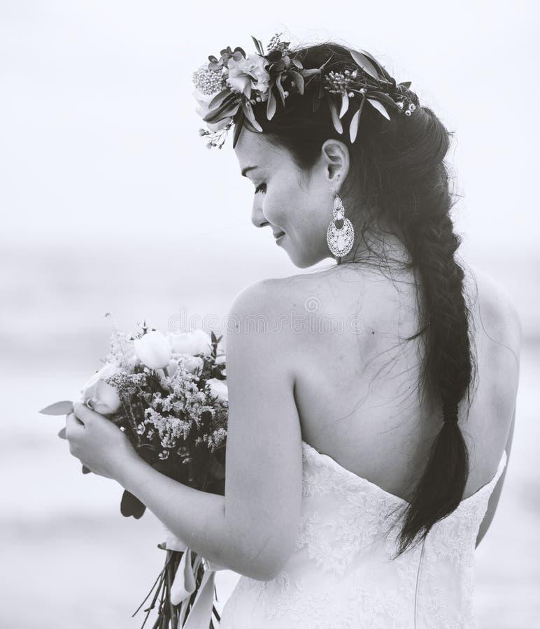 Красивая невеста морем стоковые фото