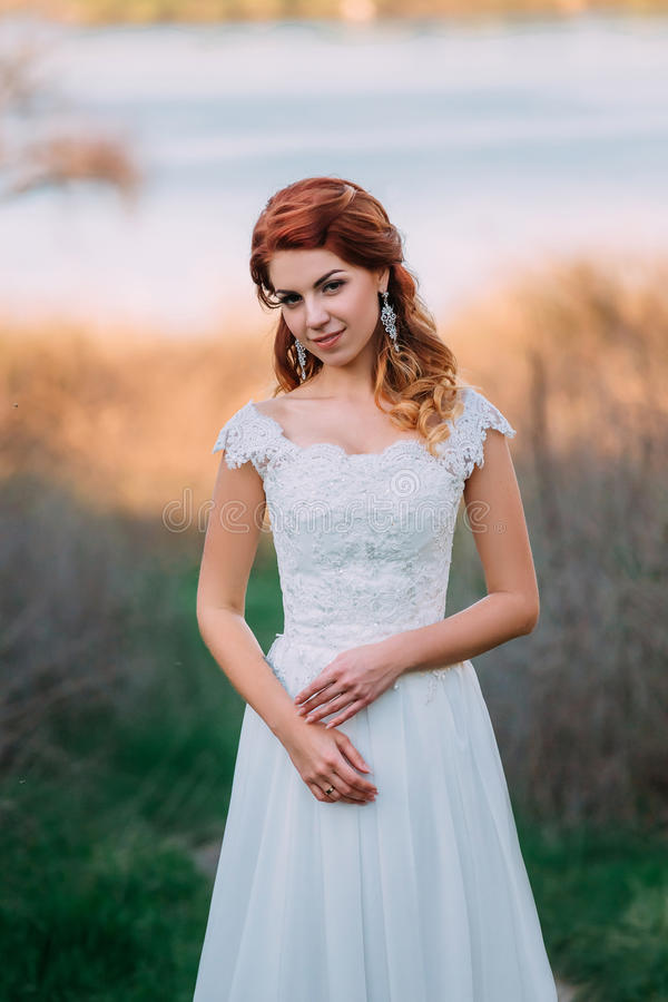 Красивая невеста на природе стоковая фотография rf