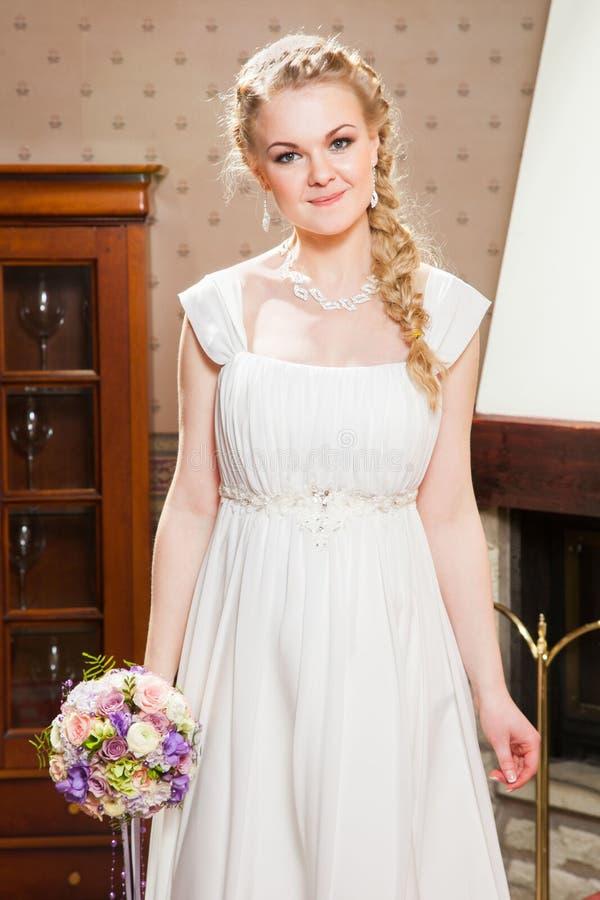 Download Красивая невеста около камина Стоковое Изображение - изображение насчитывающей женщина, привлекательностей: 40584861