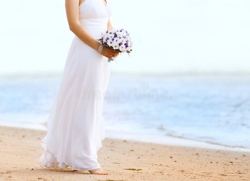 Красивая невеста с букетом свадьбы outdoors стоковые изображения