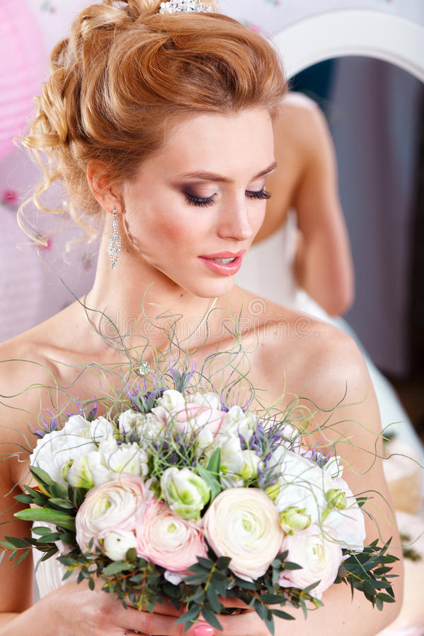 Красивая невеста с стилем причёсок и букетом свадьбы моды Портрет крупного плана молодой шикарной невесты венчание студия стоковое фото