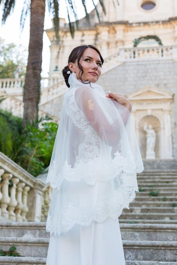 Красивая невеста outdoors представляя на шагах стоковые изображения rf