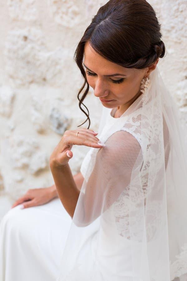 Красивая невеста outdoors представляя на шагах стоковое изображение