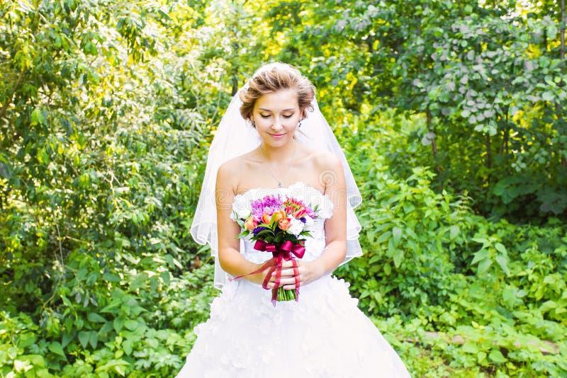 Красивая невеста outdoors с букетом свадьбы стоковая фотография rf