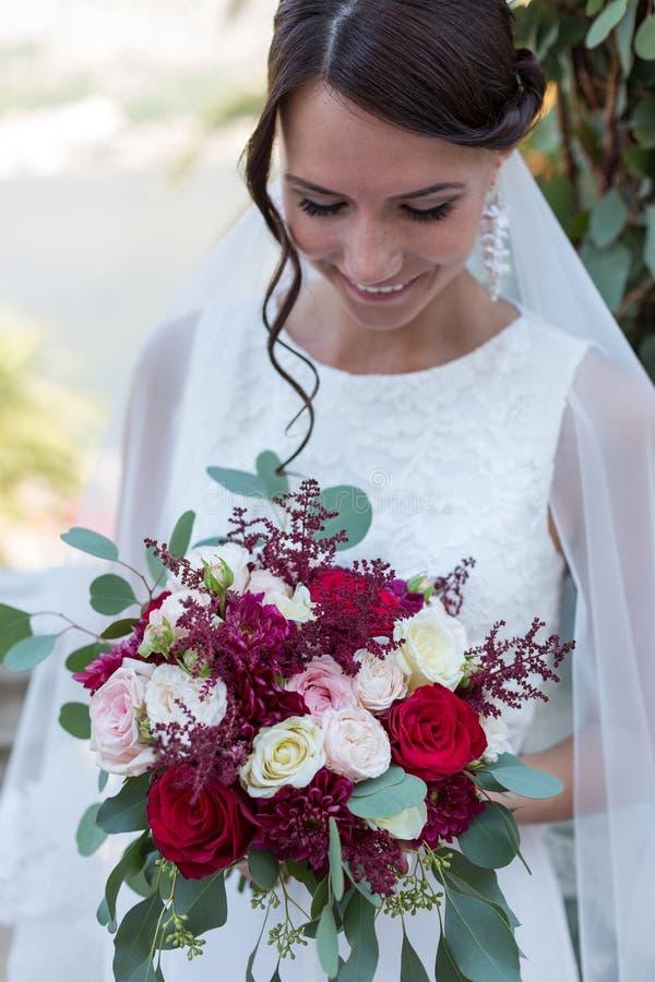 Красивая невеста outdoors с букетом стоковые изображения rf