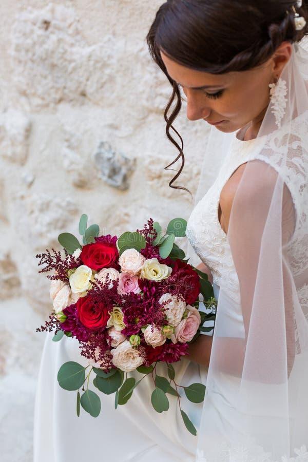 Красивая невеста outdoors с букетом стоковые изображения