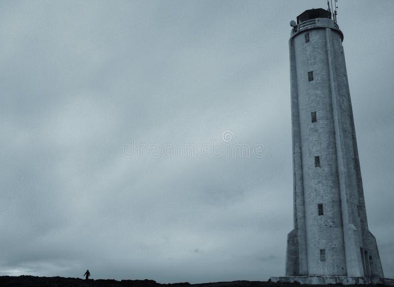 Красивая низкая угловая съемка высокорослого маяка стоковое изображение rf