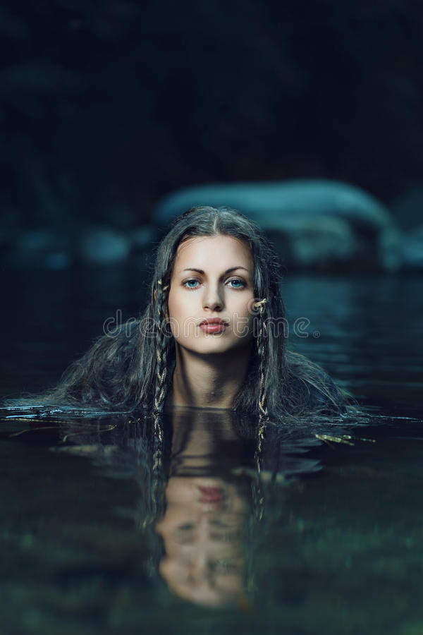 Красивая нимфа воды в темном cyan потоке стоковые изображения rf