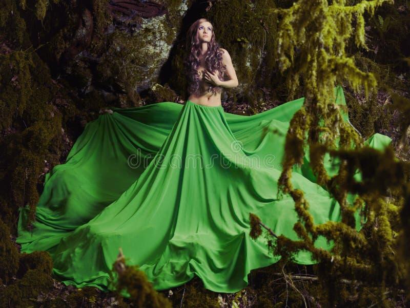 Красивая нимфа в fairy лесе стоковое изображение rf