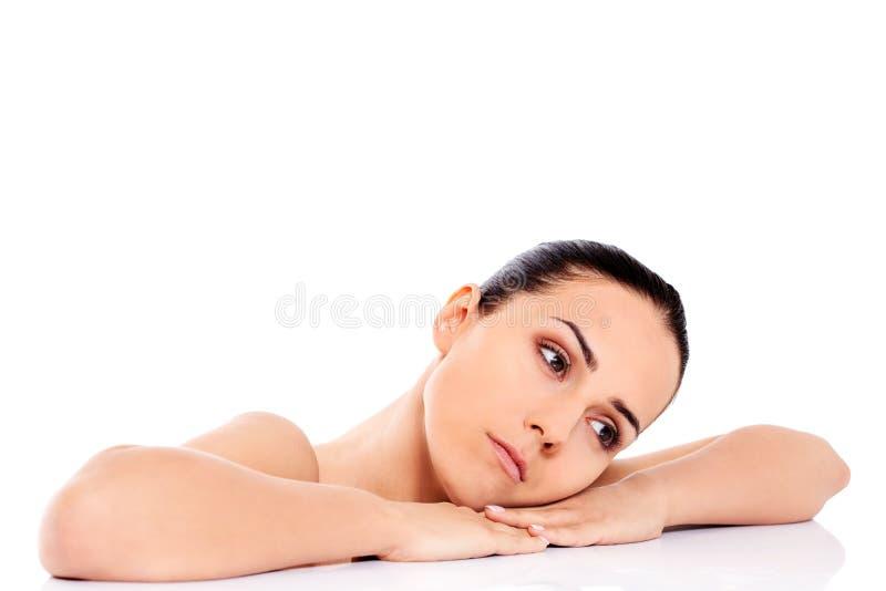 Красивая обнажённая женщина изолированная на белой предпосылке стоковые изображения rf