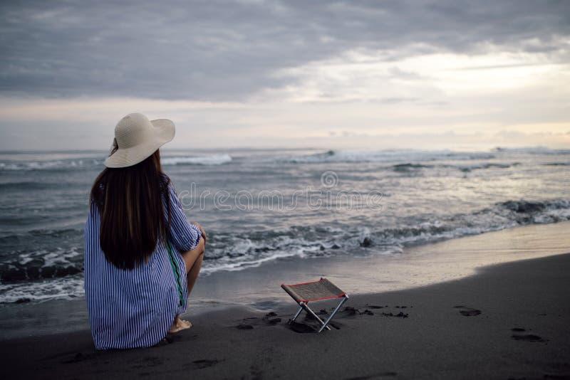 Красивая одна чувственная девушка на пляже стоковое фото