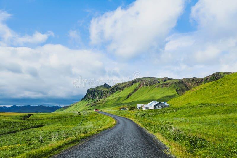 Красивая дорога асфальта в зеленой долине, концепции перемещения стоковое изображение rf