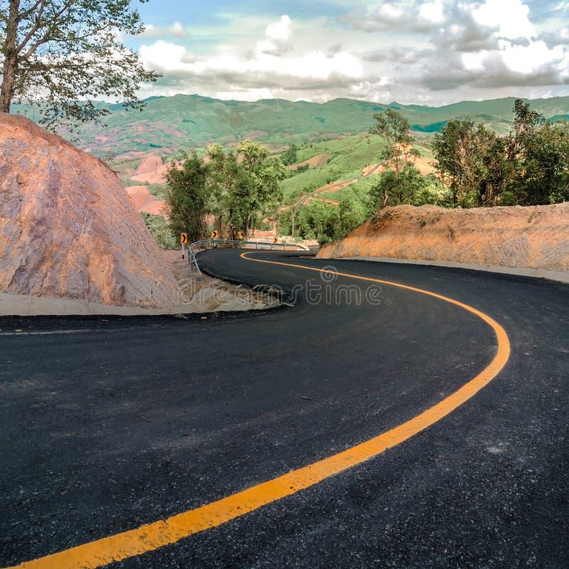 Красивая дорога асфальта и острая кривая взбираются на горе стоковые изображения rf