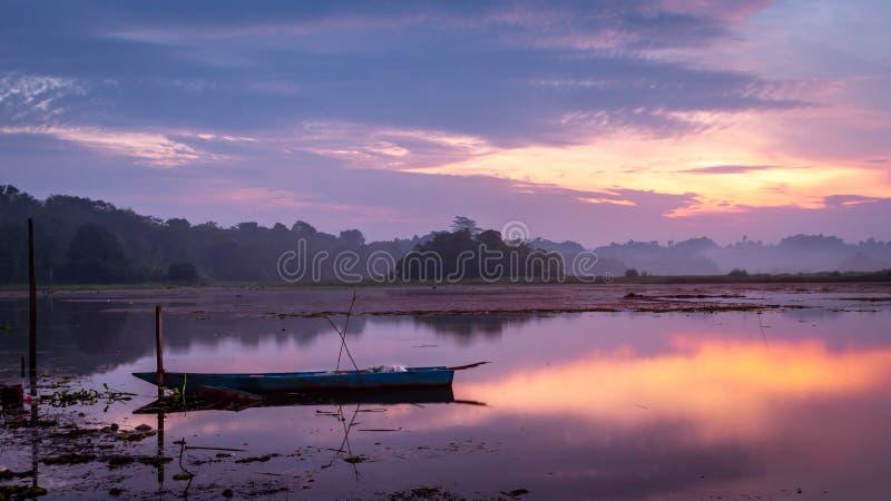 Красивая панорама восхода солнца на резервуаре Benanga, Samarinda, восточном Kalimantan, Индонезии стоковое фото