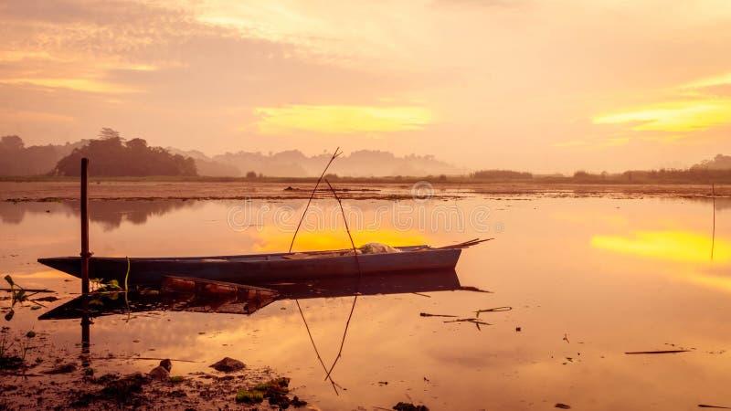 Красивая панорама восхода солнца на резервуаре Benanga, Samarinda, восточном Kalimantan, Индонезии стоковое изображение
