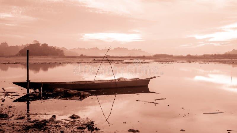Красивая панорама восхода солнца на резервуаре Benanga, Samarinda, восточном Kalimantan, Индонезии стоковые фото