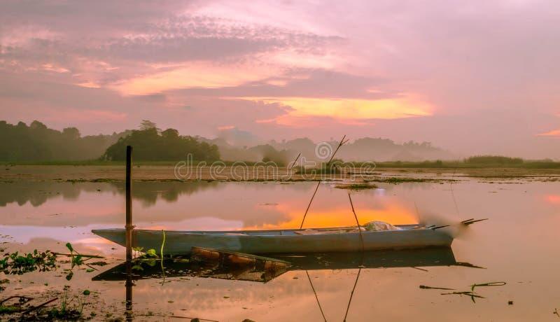 Красивая панорама восхода солнца на резервуаре Benanga, Samarinda, восточном Kalimantan, Индонезии стоковое фото rf