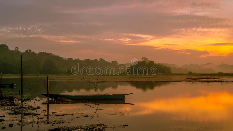 Красивая панорама восхода солнца на резервуаре Benanga, Samarinda, восточном Kalimantan, Индонезии стоковые изображения rf