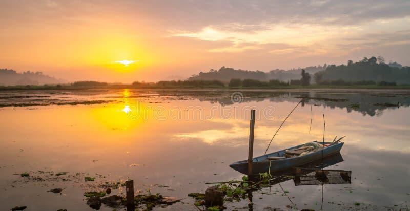 Красивая панорама восхода солнца на резервуаре Benanga, Samarinda, восточном Kalimantan, Индонезии стоковые фотографии rf