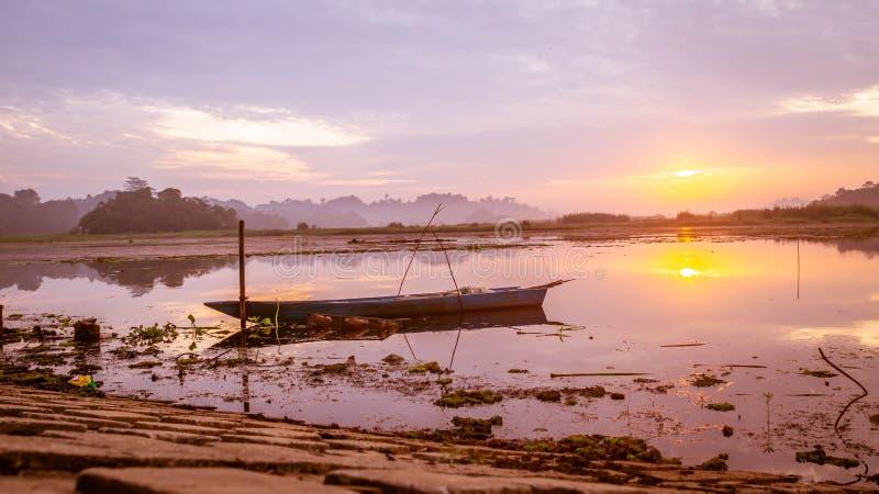 Красивая панорама восхода солнца на резервуаре Benanga, Samarinda, восточном Kalimantan, Индонезии стоковая фотография
