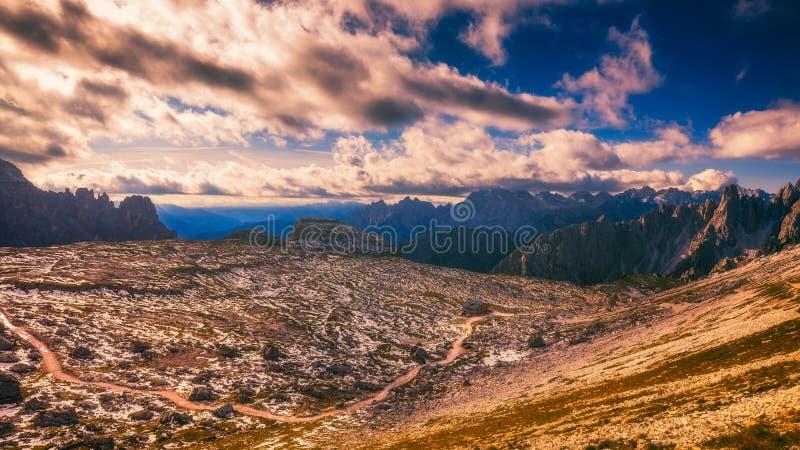 Красивая панорама горы в горах доломитов Cime d Tre стоковые изображения