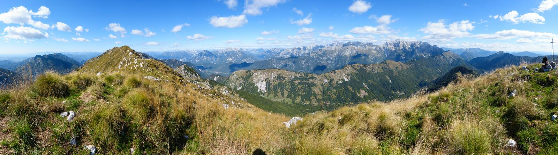 Красивая панорама горы на итальянце Альп с голубым небом и облаками стоковое изображение