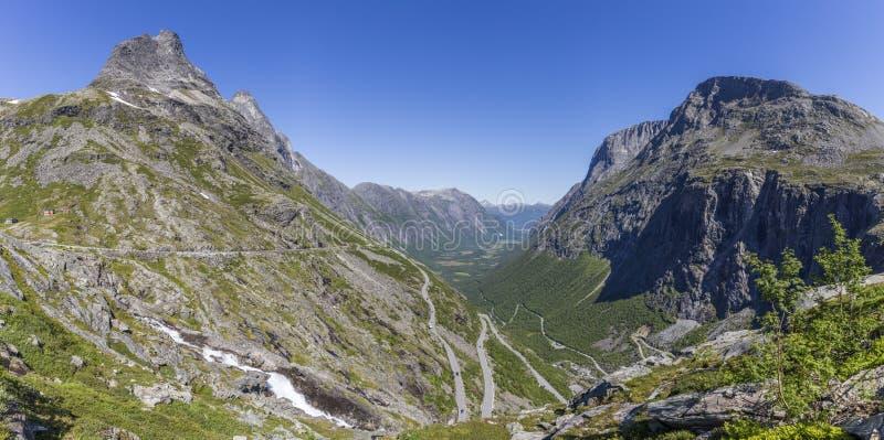 Красивая панорама змейчатой дороги Trollstigen горы стоковая фотография rf