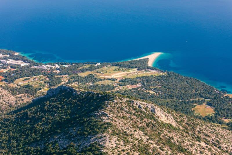 Красивая панорама известной адриатической крысы Zlatni пляжа (золотая накидка или золотой рожок) с водой бирюзы, островом Brac Хо стоковые фотографии rf