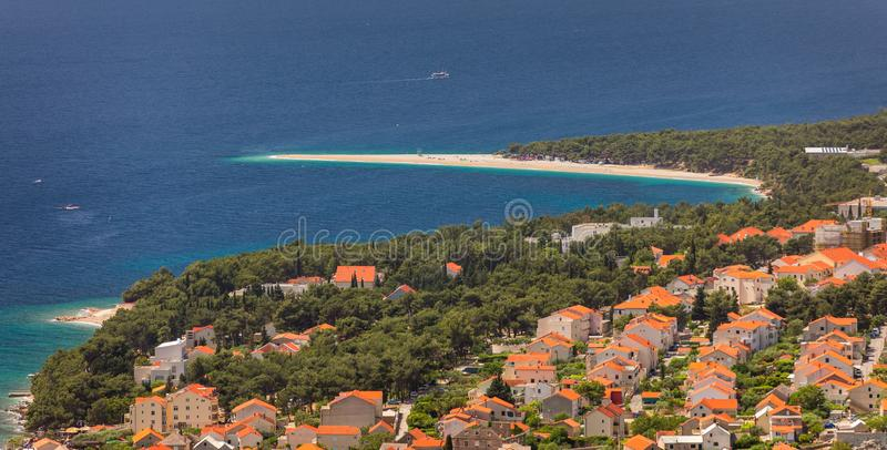 Красивая панорама известной адриатической крысы Zlatni пляжа (золотая накидка или золотой рожок) с водой бирюзы, островом Brac Хо стоковое изображение