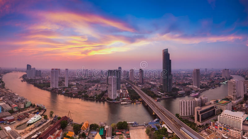 Красивая панорама неба кривой Chao Рекы Phraya, Бангкока Таиланда стоковое фото rf