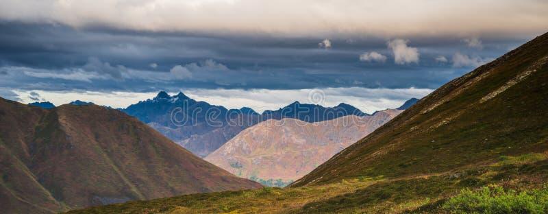 Красивая панорама осени ландшафта горы в Аляске стоковые изображения rf