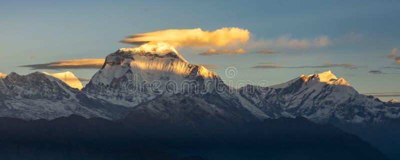 Красивая панорама саммита Dhaulagiri и облаков во время восхода солнца от Poonhill, Гималаев стоковая фотография rf