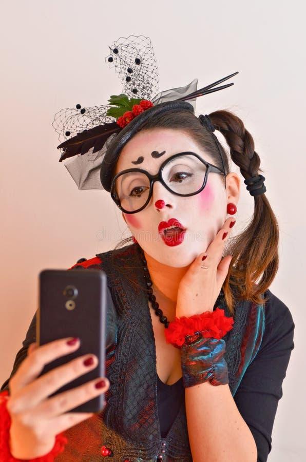 Красивая пантомима маленькой девочки, делая selfie стоковая фотография rf