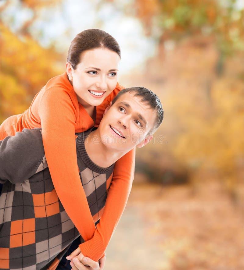 Красивая пара наслаждаясь находящся совместно в парке осени стоковое фото