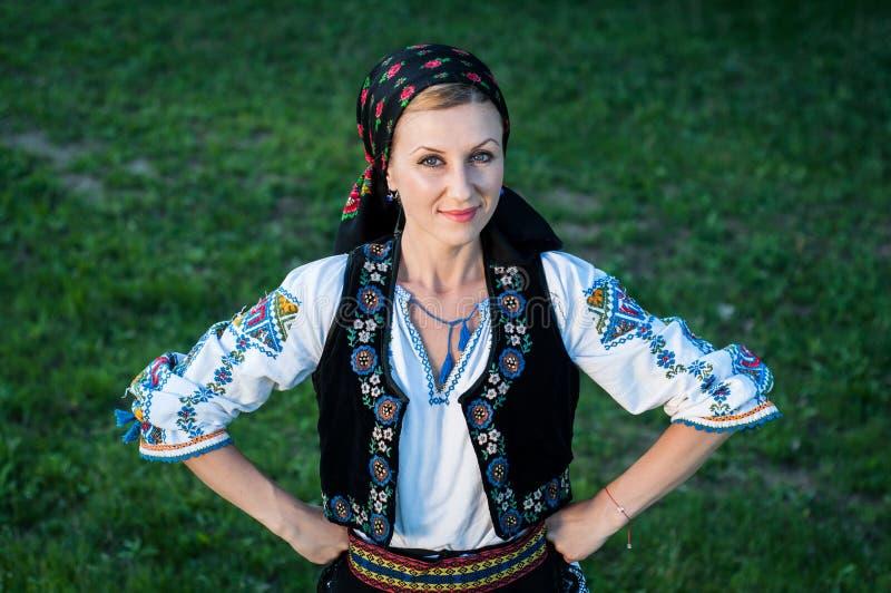 Красивая певица представляя в традиционном костюме, румынском f стоковые фото