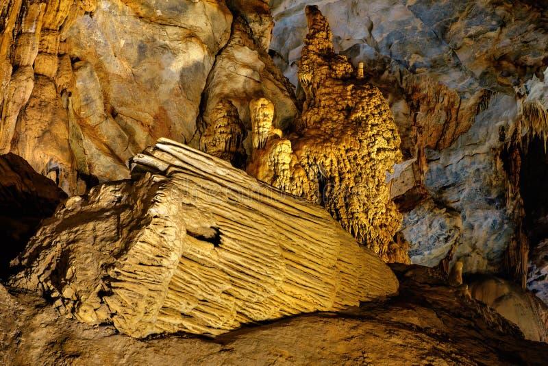 Красивая пещера рая в Вьетнаме стоковые изображения rf
