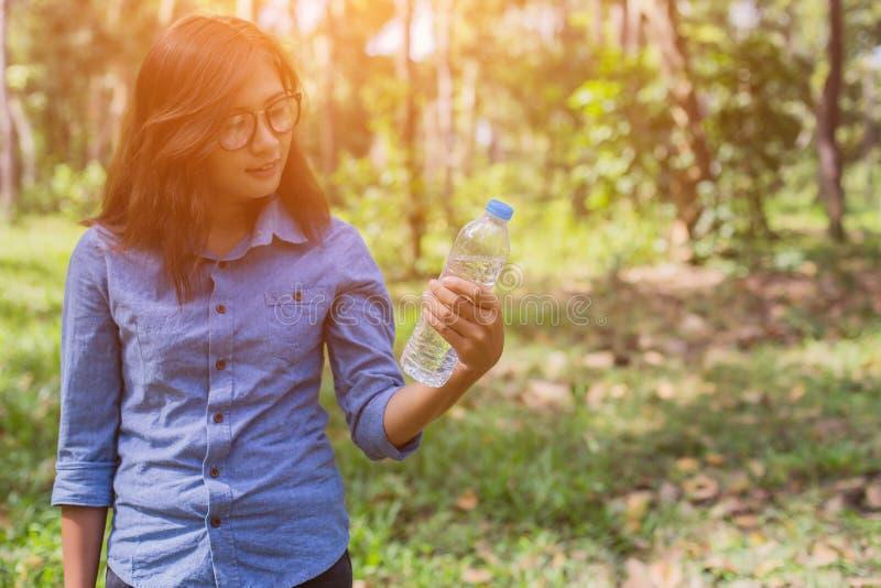 Красивая питьевая вода молодой женщины в утре после законченный jogging стоковые изображения
