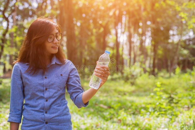 Красивая питьевая вода молодой женщины в утре после законченный jogging стоковая фотография