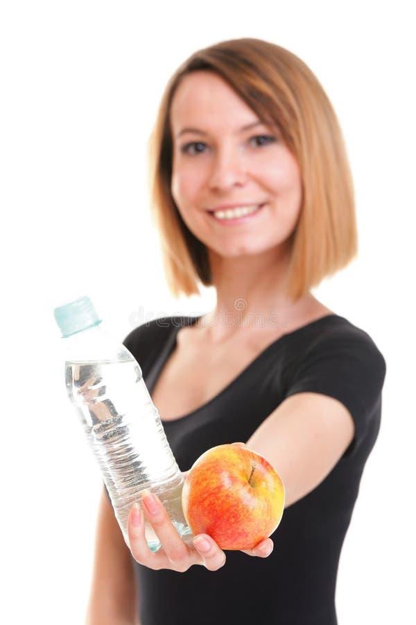Красивая питьевая вода девушки от голубой изолированной бутылки стоковая фотография rf