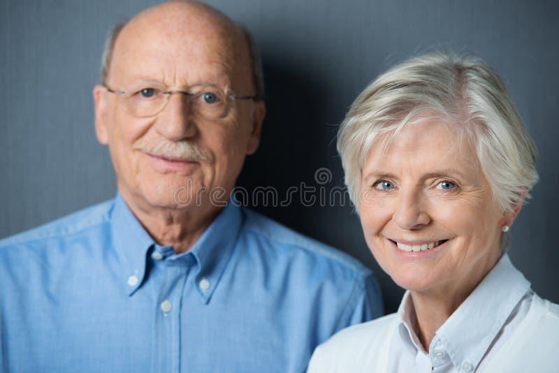 Красивая пожилая женщина с испуская лучи улыбкой стоковое изображение