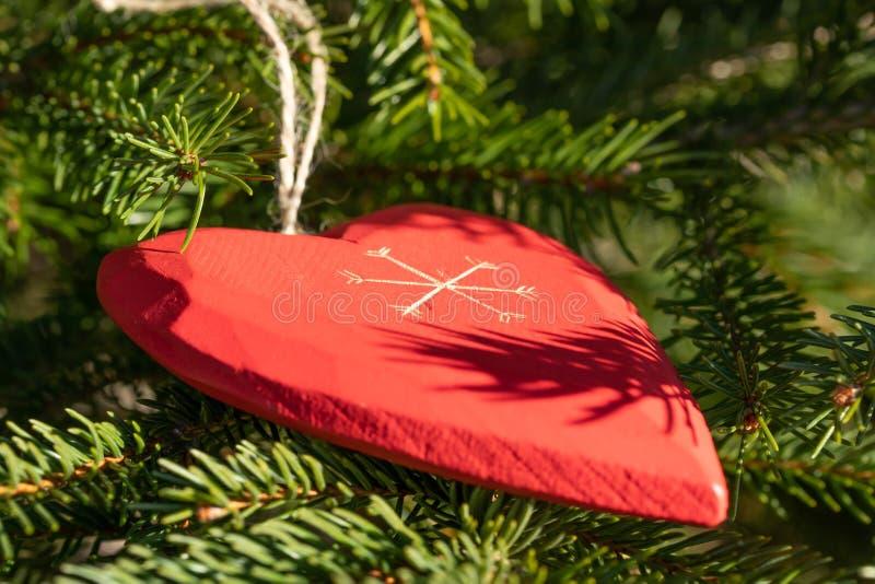 Красивая поздравительная открытка с Новым Годом 2019 и счастливые ветви рождественской елки дня Валентайн с красным сердцем дерви стоковая фотография