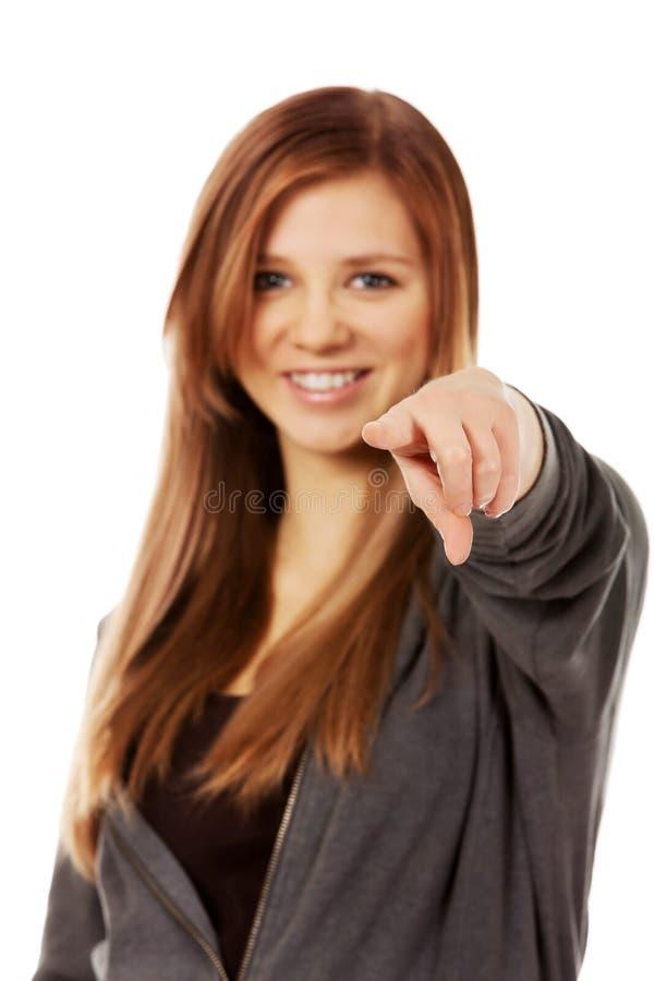 Красивая подростковая женщина указывая на камеру стоковые изображения