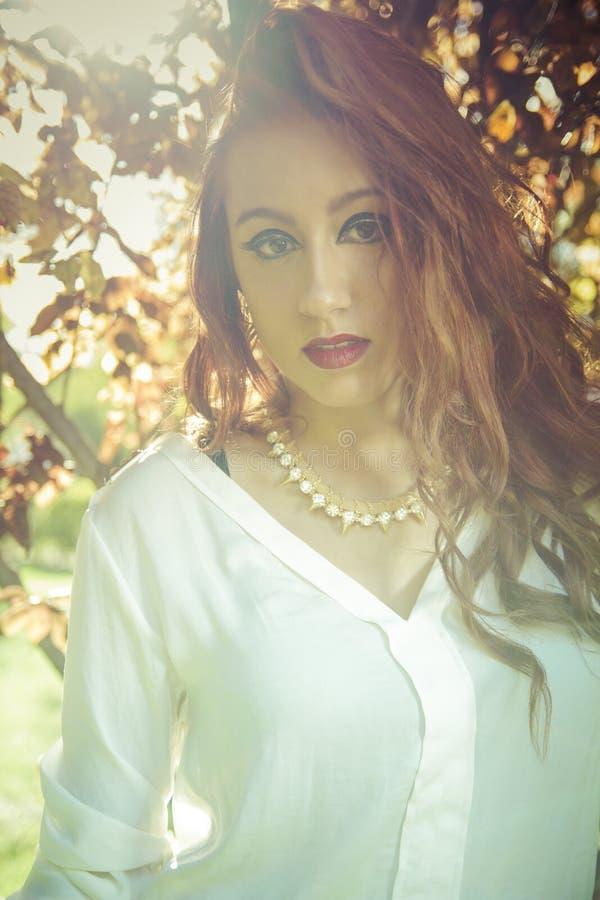 Красивая подростковая модель одетая в модном коротком платье. Щеголь стоковое фото rf