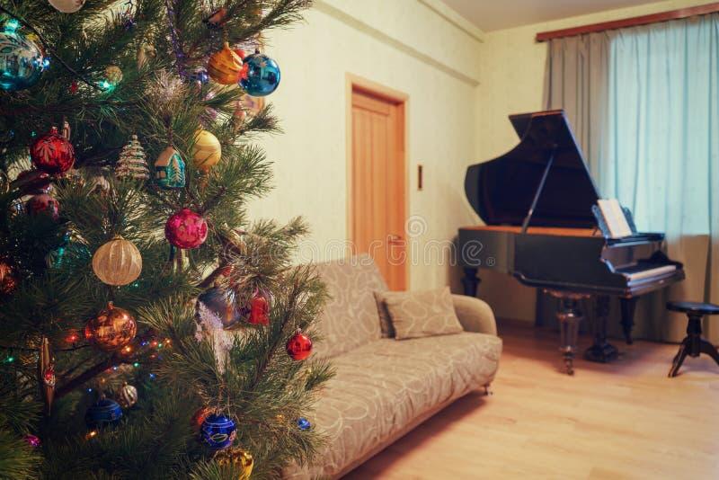 Красивая праздничная украшенная рождественская елка в interi живя комнаты стоковое изображение
