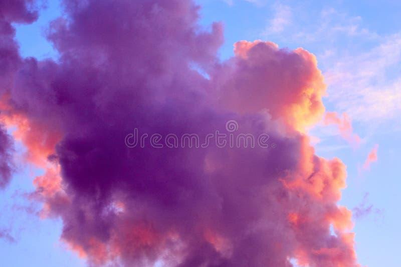Красивая предпосылка неба с облаками покрашенными пурпуром стоковое изображение rf