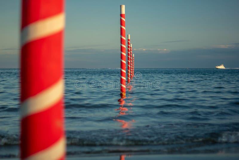 Красивая предпосылка с изображениями чудесного пляжа и красивого моря в Италии, пляже Jesolo в Венеции в венето привлекает челове стоковые изображения rf