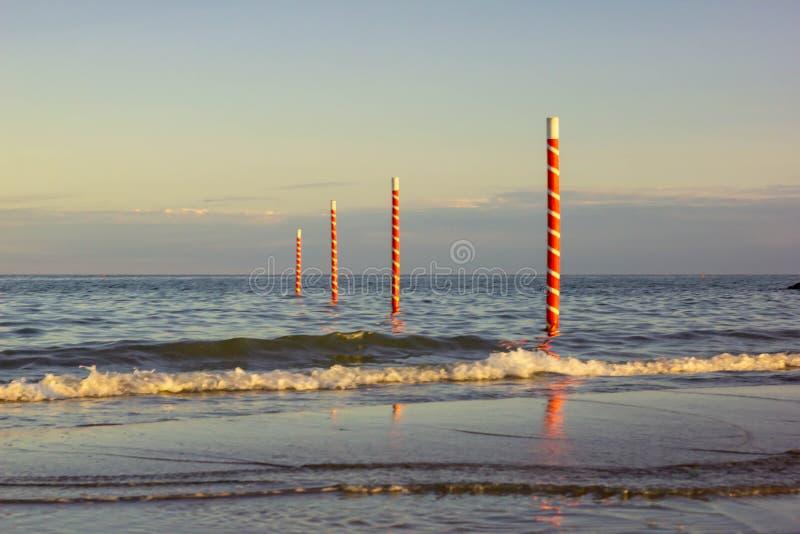 Красивая предпосылка с изображениями чудесного пляжа и красивого моря в Италии, пляже Jesolo в Венеции в венето привлекает челове стоковая фотография rf